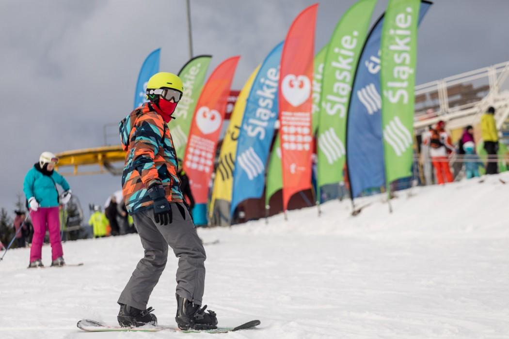 Snowboardzista na stoku (zdjęcie ilustracyjne)