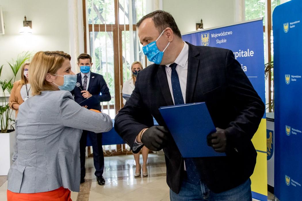 W Urzędzie Marszałkowskim wręczono pierwsze z umów ze szpitalami z województwa śląskiego.  fot. Tomasz Żak / UMWS