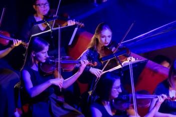 Osoby grające na skrzypcach.