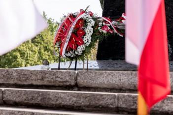 Wieńce u stóp Pomnika Żołnierza Polskiego. fot. Tomasz Żak / UMWS