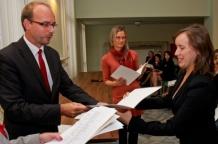 Akt nadania odbiera Maria Piotrowska-Bogalecka z Kolegium Nauczycielskiego w Bytomiu