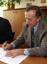 Ze strony Muzeum Śląskiego akt notarialny podpisał dyrektor dr Lech Szaraniec