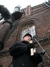 W przyszłości te pokopalniane obiekty staną się częścią Muzeum Śląskiego w Katowicach. Na zdjęciu dyrektor placówki dr Lech Szaraniec z kamieniem węgielnym.