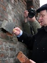 """Kamień węgielny wmurowano w ścianę maszynowni szybu """"Bartosz""""."""