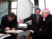 Akt podpisali m.in. abp Damian Zimoń, marszałek Michał Czarski i wojewoda Lechosław Jarzębski.