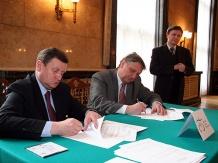 Umowę podpisują burmistrz Wisły (z prawej) Jan Poloczek i marszałek Michał Czarski.