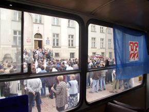 Przed Urzędem Marszałkowskim zebrało się ok. 200 związkowców