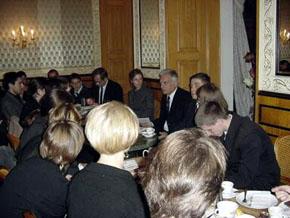 Prezes Rady Ministrów RP prof. Jerzy Buzek odpowiada na pytania młodzieży.