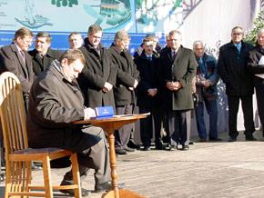 Marszałek Michał Czarski podpisuje akt erekcyjny pod budowę skoczni