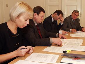 Od lewej: dyrektor Wydziału Programowania Rozwoju i Funduszy Europejskich Elżbieta Bieńkowska, marszałek Województwa Śląskiego Michał Czarski oraz prezydent Gliwic Zygmunt Frankiewicz